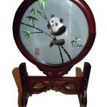 Cadre en soie représentant un panda
