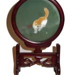 Cadre en soie représentant un chat