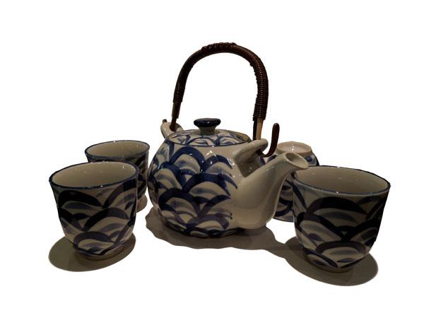 Service à thé en porcelaine bleu blanc avec des motifs de vagues.