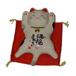 Chat maneki neko allongé.