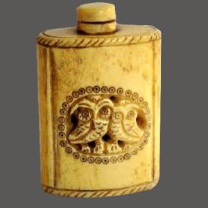 Objets en os, tabatière, flocon de parfums et tabacs.