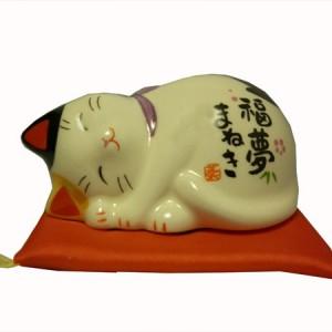Chat maneki neko, en porcelaine, du japon