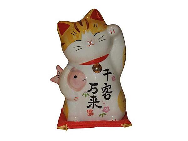 chat-maneki-avec-un-poisson