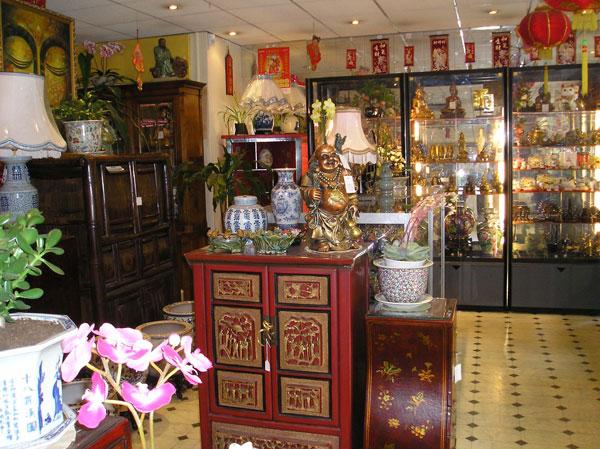 Photo magasin chinois, avec des meubles de chine, et des objets tel que vases, lampes, statuettes.
